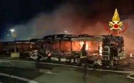 Bus in fiamme nel deposito Atac a Roma