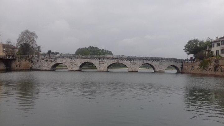 Il ponte di Tiberio di Rimini visto dalla nuova passerella