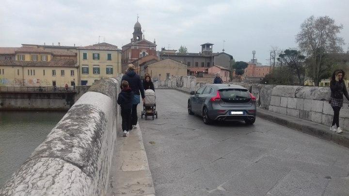 In città si dibatte sulla futura completa pedonalizzazione del ponte, attualmente percorribile anche dai veicoli leggeri