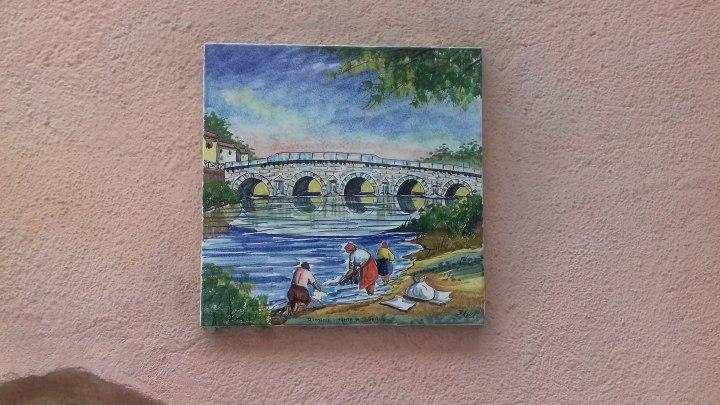 Il ponte raffigurato su una parete di Borgo San Giuliano