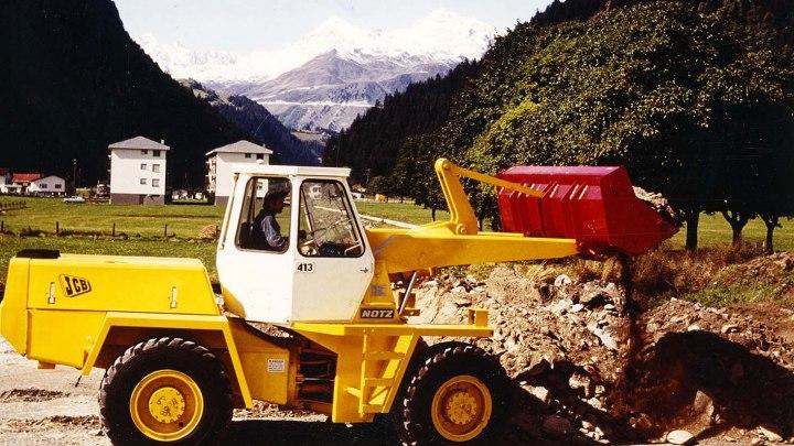 Le prime macchine progettate da JCB vennero introdotte nel 1971 con il lancio dei modelli 413 e 418 in sostituzione degli ex modelli Chaseside