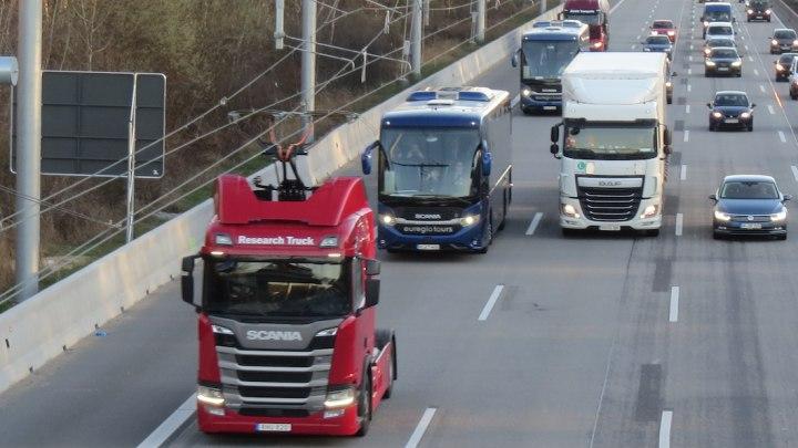 Truck Scania con pantografo a tecnologia Siemens agganciato alla catenaria sulla A5 nell'Hessen