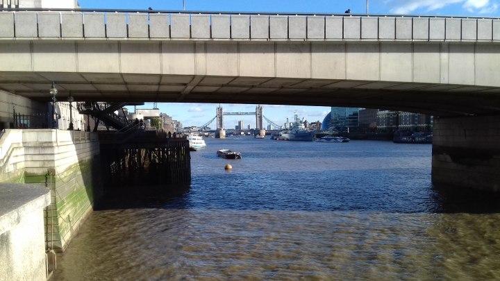 Campata del London Bridge e, sullo sfondo, il Tower Bridge